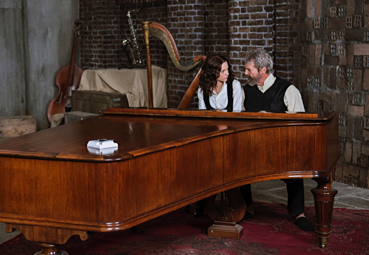 taylor swift, jeff bridges, scene from the giver