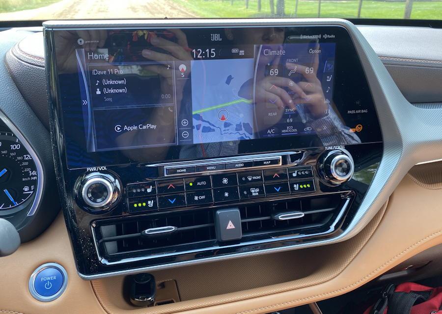 2020 toyota highlander hybrid ltd - reflection on screen nav gps