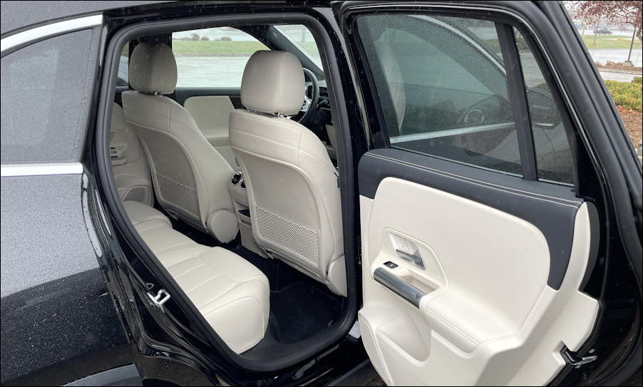 2021 mercedes-benz gla250 - rear passenger space