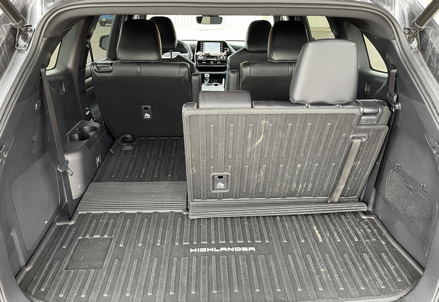 2021 toyota highlander xse - rear view split third row seats back cargo