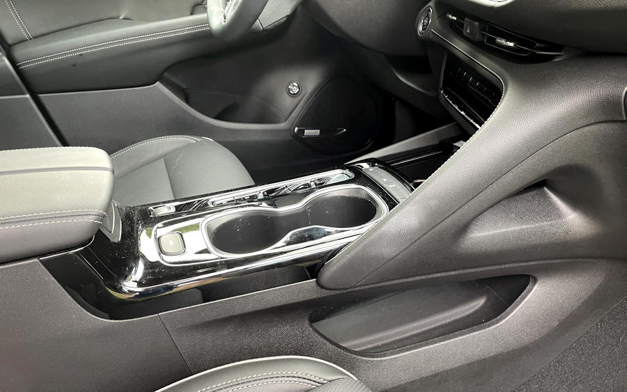 2021 buick envision essence fwd - interior center console sweeping lines